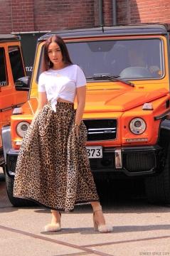 IMG_0515-leopard-print-long-skirt-sexy-legs-heels-pumps-white-tshirt-street-mbfwa-amsterdam-look-ootd-outfit-streetstyle-streetfashion-woman-girl-wear-www.streetstylecity.blogspot.com